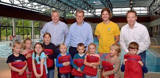 Servico AG: 10 Kinder aus Dinslaken lernen schwimmen!