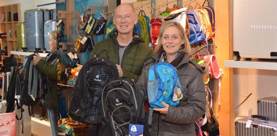 Andreas Eickhoff (Bröker Ledermoden) und Annette Berger (Stadt Dinslaken) kümmern sich um die richtige Taschenauswahl für die Flüchtlingskinder.