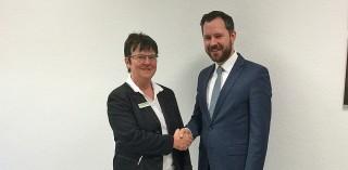 Dominik Lüer bedankt sich bei Frau Pawlowski vom Kaufhof Heidelberg Hauptstraße.