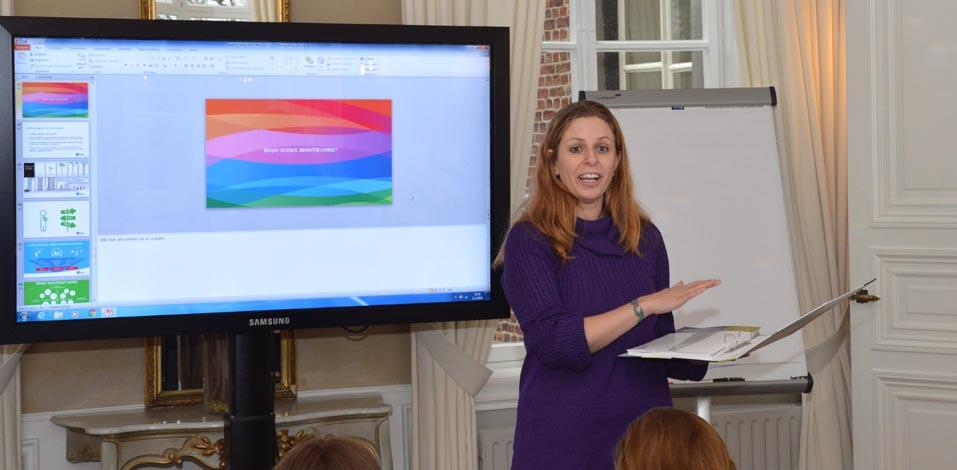 Nina Brugman von der Vebego präsentiert die neue Vebego-Huisstijl-Richtlinien.