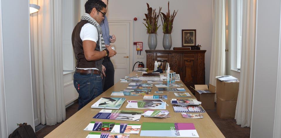 Aktuelle Printmedien der Unternehmen wurden vor Ort vorgestellt und anhand der Richtlinien besprochen.