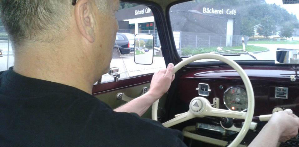 Rainer Meyer_Eccos in seinem Oldtimer mit Lenkradschaltung