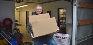 Friedhelm Löffelmann hilft beim Transport der Ordner ins Außenlager