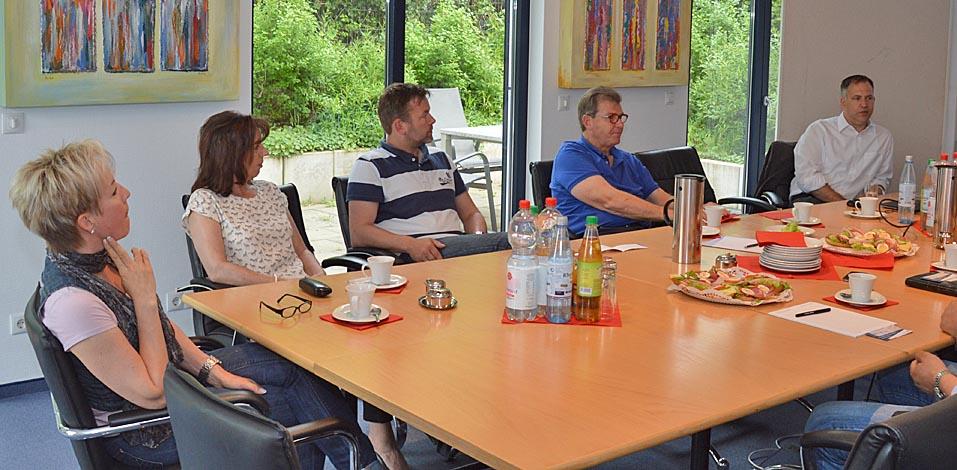 Asmus Migala (r.) leitet die Schulung rund um das Thema Schimmelbildung in Dinslaken (v.r.): Asmus Migala, Franz Wisniewski, Frank Nordhoff, Heike Suchy und Silvia Collins.