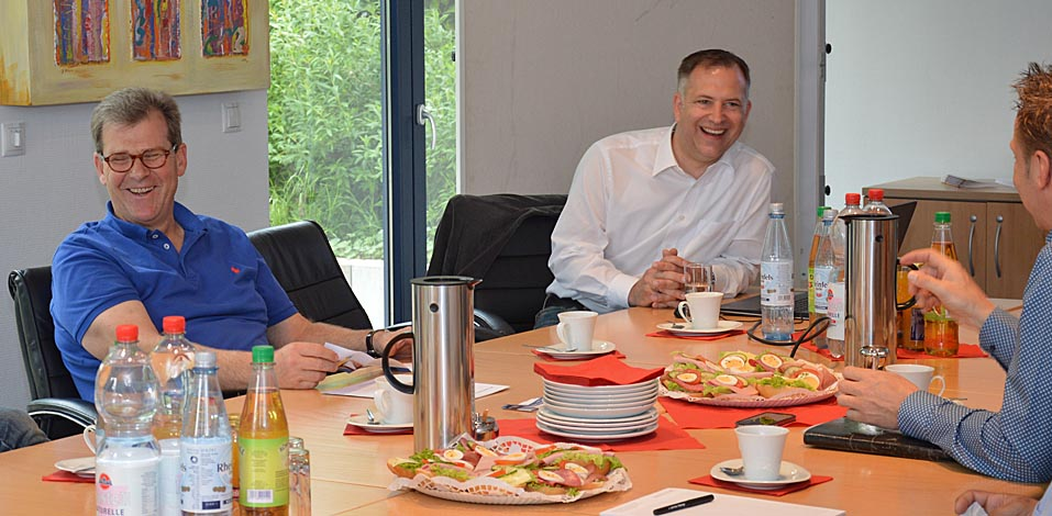 Geschäftsführer der Hago FM, Franz Wisniewski (l.) mit André Dölken, Betriebsleiter der Servico FM (r.) und Asmus Migala.