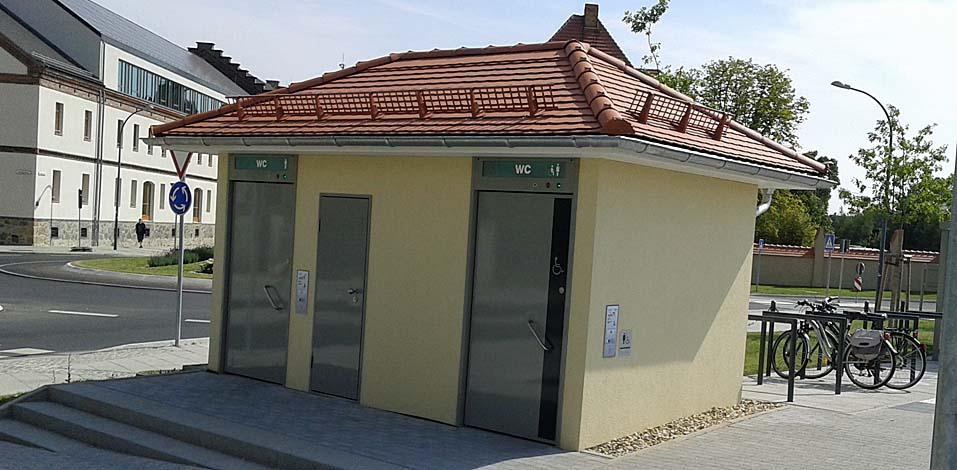 Die Hago FM reinigt im Auftrag der Stadt das neue Toilettenhäuschen am Busbahnhof Görlitz.