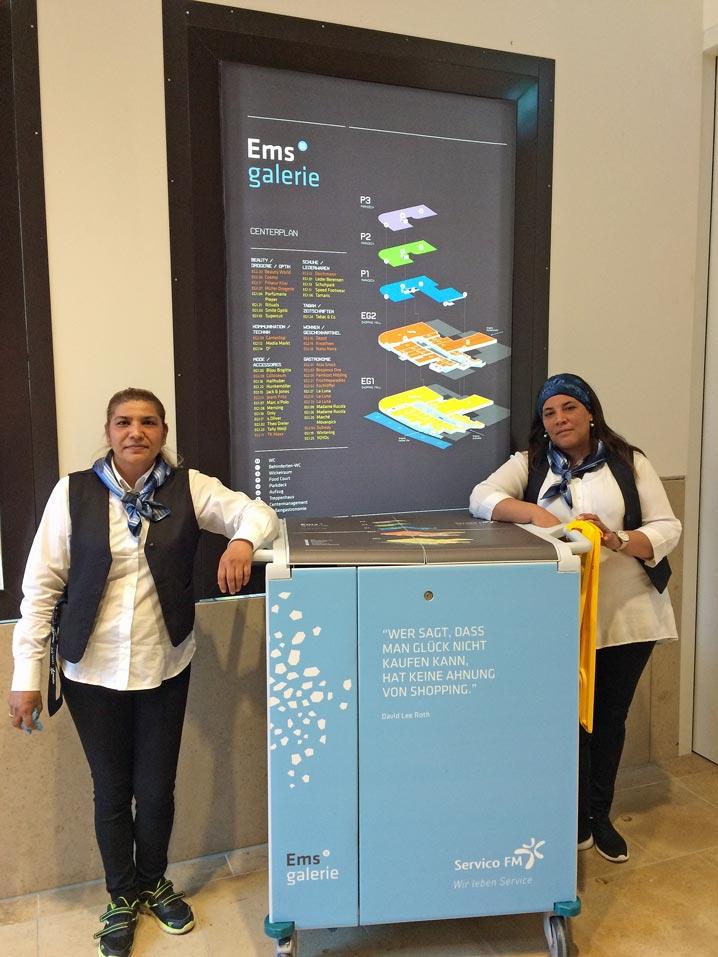 Ana Beganay (links) und Juliana Mariano sind unter anderem für den Food-Court und je nach Einteilung für den Tagesdienst in der Mall zuständig.