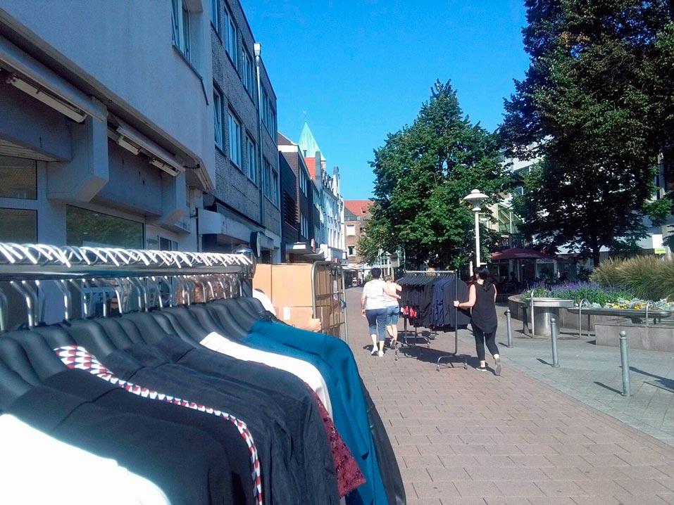 Textilhändler-Karawane in Rheiner Innenstadt auf dem Weg zur Emsgalerie