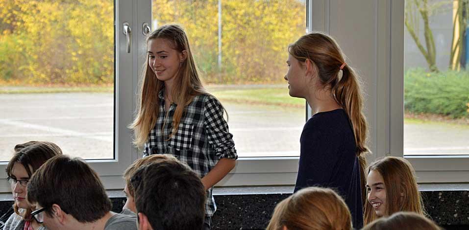 Lisa de Beer (l.) und Katharina Kampen aus dem 9. Jahrgang sind Teil der Jury.