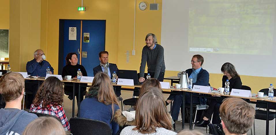 Christian Egging, Lehrer für Deutsch und Geschichte, erklärt die Formalitäten und den Ablauf des Wettbewerbs.