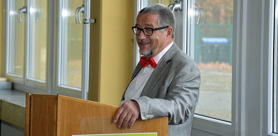 Gerd Kube, Schulleiter des Gymnasium Voerde, heißt alle Schüler, Sponsoren und Jurymitglieder herzlich willkommen.