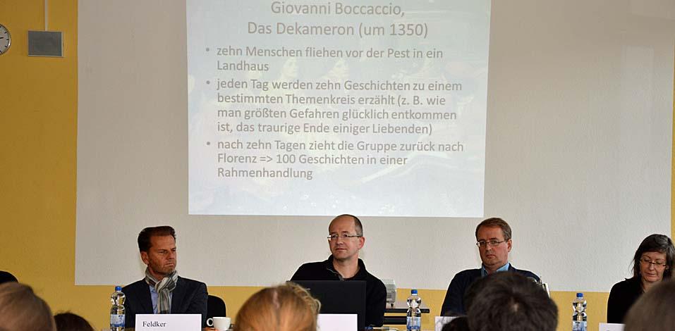 Robert Kamlage, Lehrer für Deutsch und Musik, inmitten der Jurymitglieder Holger Feldker (l.), Franz Rhiem und Bettina Schack (r.).