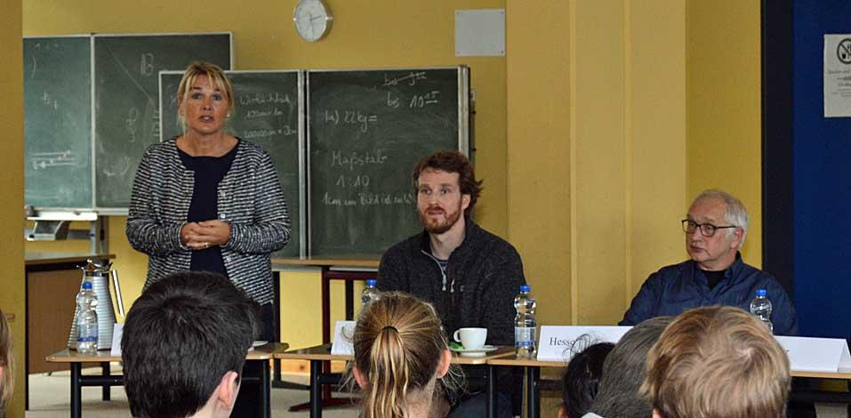 Silke Schepp, Lehrerin für Deutsch, Latein und Geschichte mit Sebastian van Bömmel (Kunst) und Thomas Hesse (Krimiautor, v.l.)