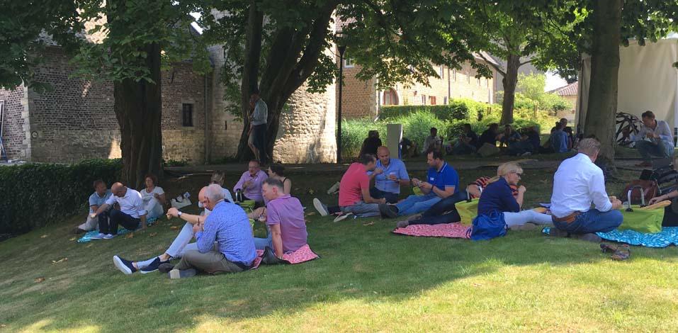 Entspanntes Lunch: Picknick unter den Bäumen am kleinen See auf Cortenbach.