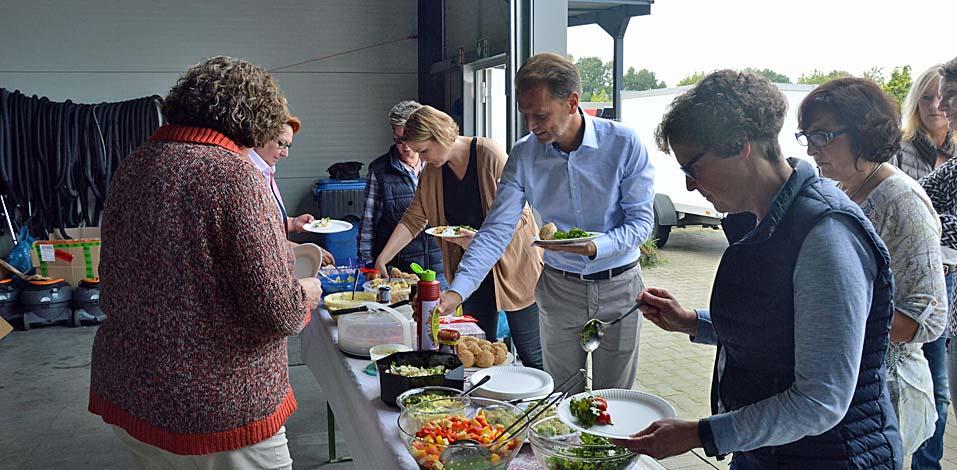 Die Mitarbeiter sorgten mit kulinarischen Beiträgen für die Vielfalt am Bufett.