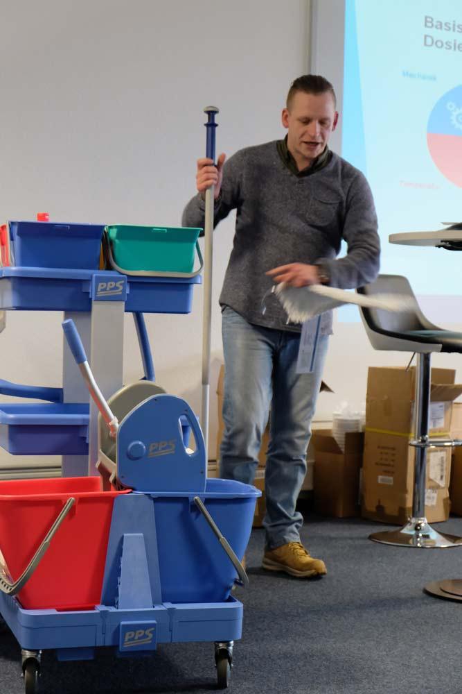 Henry Kretzschmar, Technischer Leiter der Hago FM Dresden, über die Arbeit mit dem Systemwagen und die richtige Auswahl der Wischbezüge