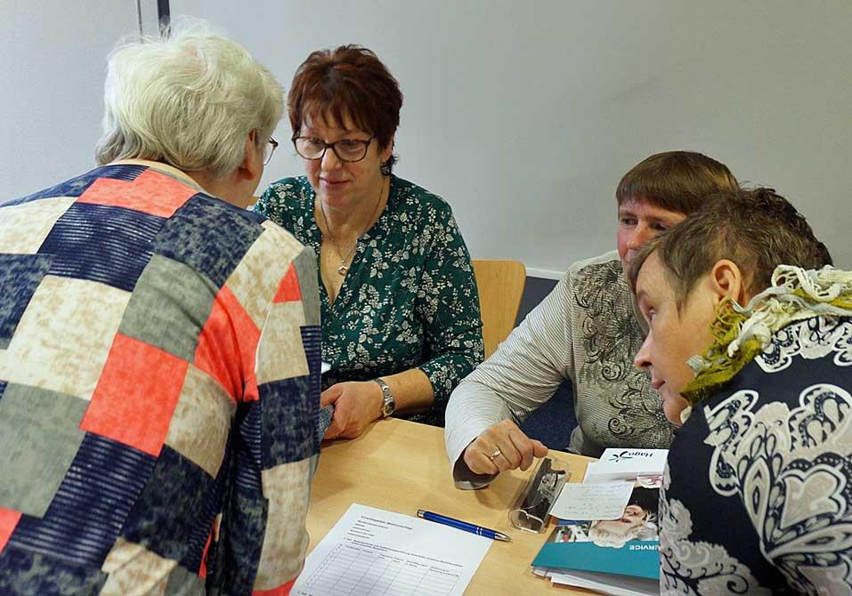 Brigitte Wolf und Manuela Köhler (re. sitzend) im Gespräch mit Mitarbeiterinnen