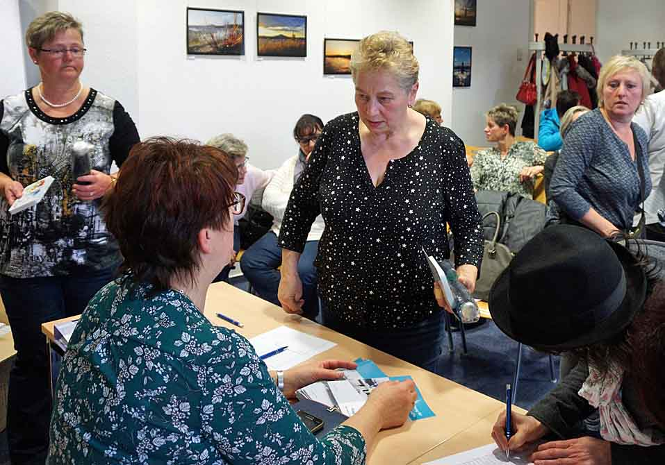 Serviceleiterin Brigitte Wolf und Assistentin Thurid Kruse (links stehend) im Gespräch mit Brigitte Sucherdoll