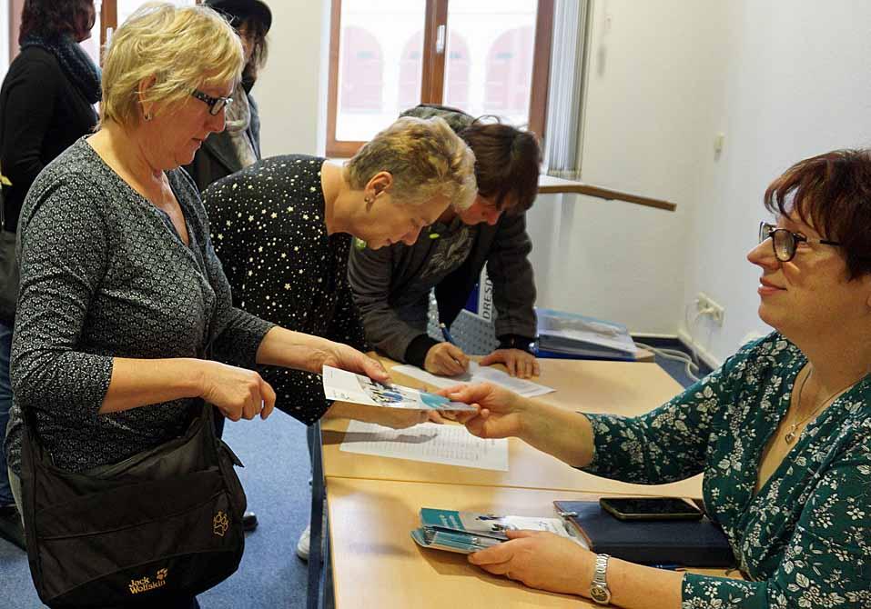 Brigitte Wolf übergibt Veronica Stenzel die Broschüre zum Arbeitsschutz