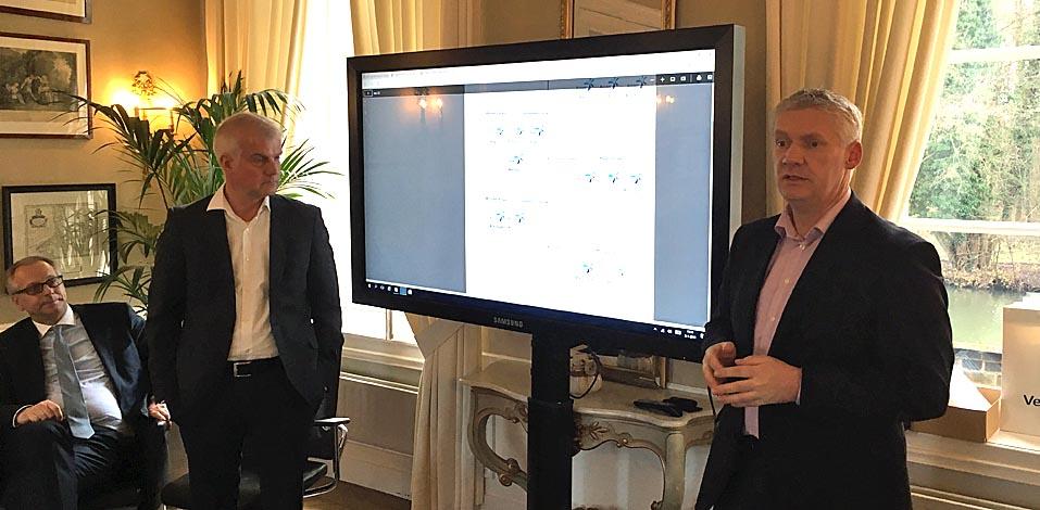 Frank Fries (l.) und Maik Neumann (neben Christoph Rock Geschäftsführer der M2 Personal) erklären die weit verzweigte Struktur des Unternehmens.